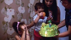 Poj?cie szcz??liwa rodzina Szcz??liwa ch?opiec dwa roku ?wi?tuje jego urodziny z jego rodzin?, jego matka i troch? zdjęcie wideo