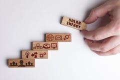 Poj?cie technologia internet i sie?, Biznesmen pokazuje pracującego modela biznes: Energia słoneczna obraz stock