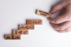 Poj?cie technologia internet i sie?, Biznesmen pokazuje pracującego modela biznes: Wewnętrzna rewizja zdjęcie royalty free