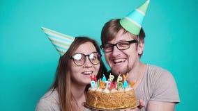 Poj?cie wakacje i urodziny Młoda rozochocona śmieszna para ma zabawę z urodzinowym tortem zbiory
