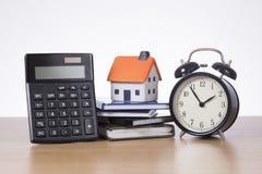 Pojęcie z kalkulatorem, modela domem i alarmem, Zdjęcia Stock