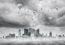 Pojęcie zanieczyszczenia powietrza pojęcie z aerostatami lata nad cit Zdjęcie Royalty Free