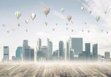 Pojęcie zanieczyszczenia powietrza pojęcie z aerostatami lata nad cit Zdjęcie Stock
