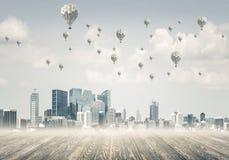 Pojęcie zanieczyszczenia powietrza pojęcie z aerostatami lata nad cit Obrazy Stock