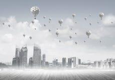 Pojęcie zanieczyszczenia powietrza pojęcie z aerostatami lata nad cit Zdjęcia Stock