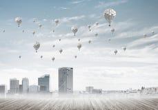 Pojęcie zanieczyszczenia powietrza pojęcie z aerostatami lata nad miasto Zdjęcia Royalty Free