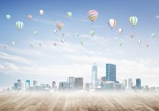 Pojęcie zanieczyszczenia powietrza pojęcie z aerostatami lata nad miasto Obraz Stock