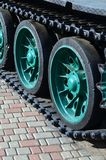 Pojazd wojskowy na gąsienicowych śladów stojakach na kwadracie brukowi kamienie Fotografia zielone gąsienicy z metalem toczy to Zdjęcia Stock