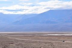 Pojazdu jeżdżenie samotnie w Śmiertelnej dolinie obrazy royalty free