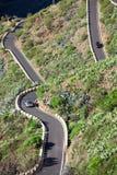 Pojazdu jeżdżenie na TF-436 góry zygzag drodze lokalizować w Macizo De Teno górach, wyspa Tenerife, kanarek, Hiszpania Początki w obrazy stock