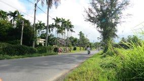 Pojazdy biegają na wsi drodze w Quang Nam, Wietnam zdjęcie wideo