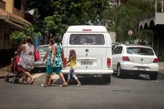 Pojazdy niewłaściwie zatrzymujący nad zwyczajnym skrzyżowaniem Obraz Stock