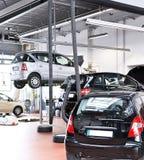 Pojazdy w garażu - naprawa i inspekcja samochody na liftin Zdjęcia Stock