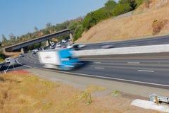 Pojazdy w ruchu na Trzy pasów ruchu autostradzie Fotografia Royalty Free