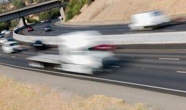 Pojazdy w ruchu na Trzy pasów ruchu autostradzie Obrazy Royalty Free