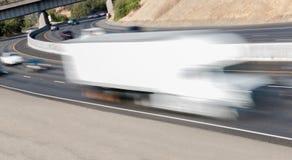 Pojazdy w ruchu na Trzy pasów ruchu autostradzie Obrazy Stock