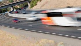 Pojazdy w ruchu na Trzy pasów ruchu autostradzie Fotografia Stock
