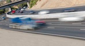 Pojazdy w ruchu na Trzy pasów ruchu autostradzie Zdjęcie Stock