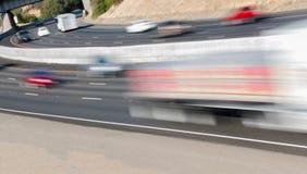 Pojazdy w ruchu na Trzy pasów ruchu autostradzie Zdjęcia Royalty Free