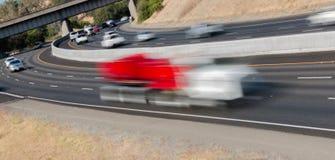 Pojazdy w ruchu na Trzy pasów ruchu autostradzie Zdjęcie Royalty Free
