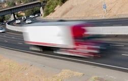 Pojazdy w ruchu na Trzy pasów ruchu autostradzie Obraz Stock