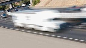 Pojazdy w ruchu na Trzy pasów ruchu autostradzie Zdjęcia Stock