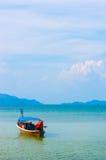 Łódź w pokojowym niebieskim niebie i morzu Obrazy Royalty Free