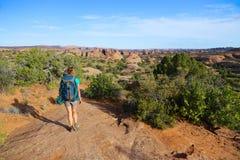 Pojedyncza aktywna kobieta backpacking w pustynnym południowego zachodu krajobrazie Zdjęcie Royalty Free