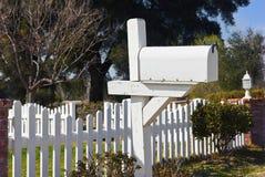 Pojedyncza Biała skrzynka pocztowa Zdjęcie Royalty Free