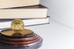 Pojedyncza bitcoin moneta lub ikony pozycja w ostrej ostrości na odbijającej powierzchni z złotem barwiliśmy zdjęcie royalty free