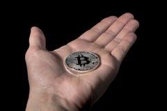 Pojedyncza BTC Bitcoin moneta na ręce Obrazy Royalty Free