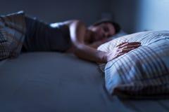 Pojedyncza kobieta śpi samotnie w łóżku w domu Osamotnionej damy brakujący mąż lub chłopak Ręka na poduszce obraz royalty free