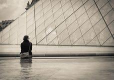 Pojedyncza młoda kobieta w Paryż. obraz stock