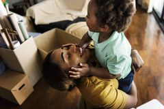 Pojedyncza mama cieszy się cennego czas z jej dzieckiem Zdjęcia Stock