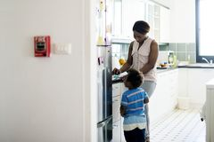 Pojedyncza mama cieszy się cennego czas z jej dzieckiem Zdjęcie Royalty Free