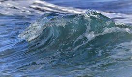 Pojedyncza morze fala z pluśnięciami na swój wierzchołku z bliska Zdjęcie Stock
