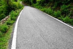 Pojedyncza pas ruchu droga w górach Zdjęcia Stock