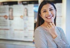 Pojedyncza piękna uśmiechnięta kobieta w oko odzieży sklepie obraz stock