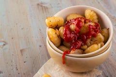 Pojedyncza porcja domowej roboty gnocchi na papieru prześcieradle z ketchupem zdjęcie royalty free