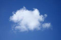 Pojedyncza puszysta cumulus chmura Fotografia Royalty Free