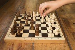 Pojedyncza ręka bawić się szachy na drewnianej desce ustawia na niektóre drewnianych Fotografia Royalty Free