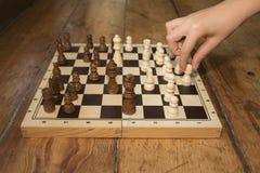 Pojedyncza ręka bawić się szachy na drewnianej desce ustawia na niektóre drewnianych Zdjęcia Royalty Free