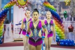 Pojedyncza występ dziewczyny gimnastyczka z obręczem fotografia royalty free