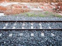 Pojedyncze koleje, klinhamulcowy i żwir przegradzają budowa teren Zdjęcia Stock