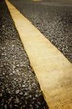Pojedynczy Żółty kreskowy ocechowanie na drogowej powierzchni Obraz Royalty Free