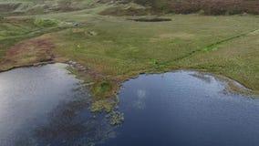 Pojedynczy ślad przy Loch Cuithir i Sgurr Mhadaidh Ruadh - wzgórze Czerwony Fox, wyspa Skye, Szkocja zdjęcie wideo
