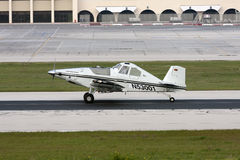 Pojedynczy śmigłowy samolot na pasie startowym obraz stock