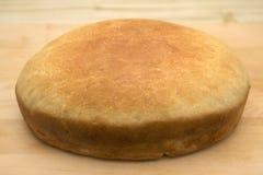 Pojedynczy świeży chleb na tnącej desce Zdjęcia Royalty Free