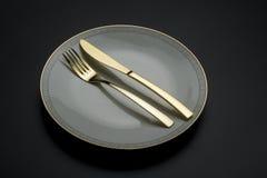 Pojedynczy świetny porcelana talerz z nożem i rozwidleniem fotografia stock