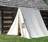 Pojedynczy biały rocznika wojskowego namiot Zdjęcia Royalty Free